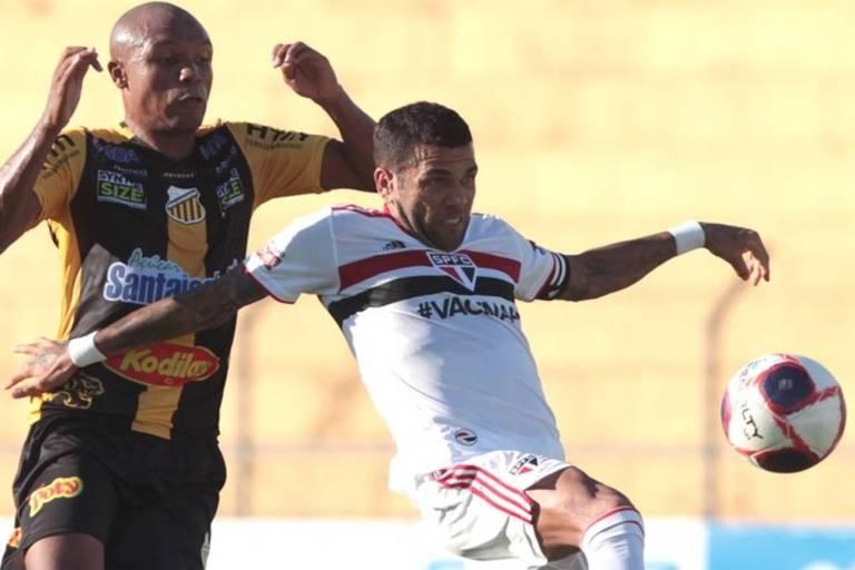 Daniel Alvies (à dir.) disputa a bola durante partida entre São Paulo e Novorizontino