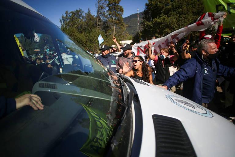 Manifestantes apedrejam veículo que transportava presidente da Argentina