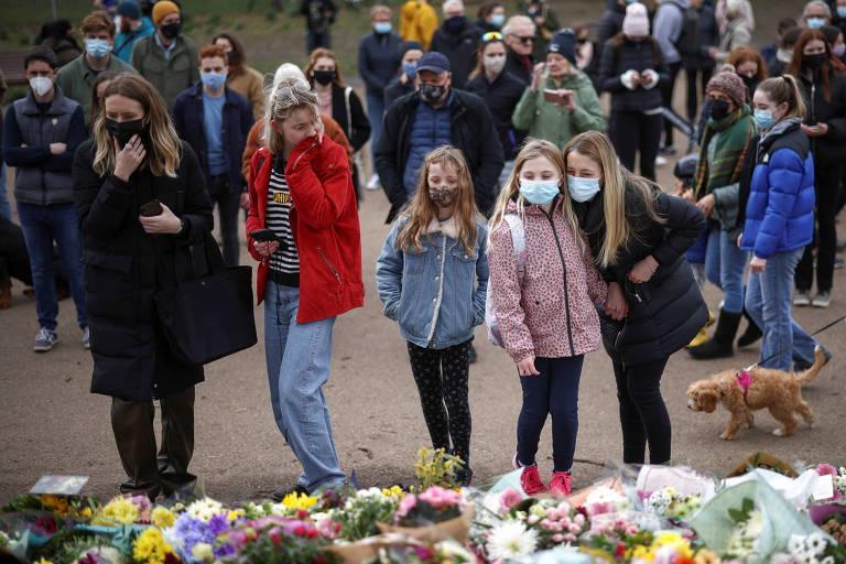Manifestantes homenageiam Sarah Everard em um memorial no parque de Clapham Common, em Londres