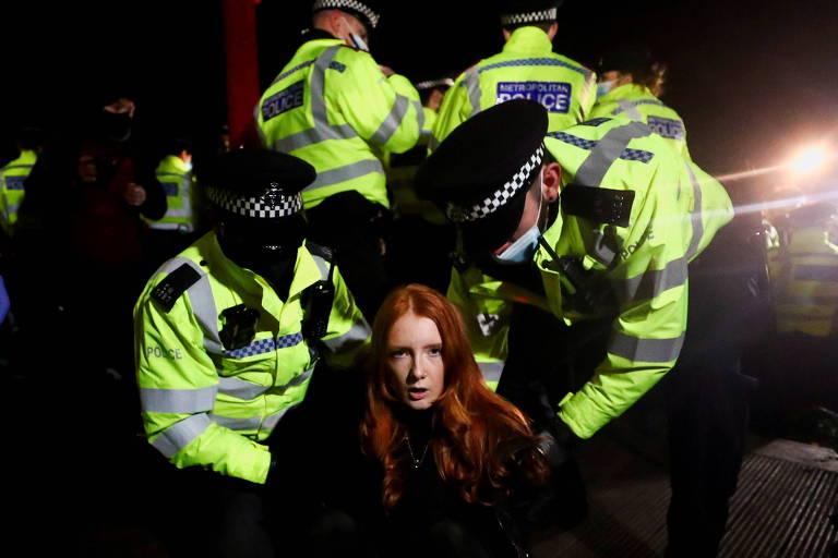 Polícia de Londres dispersa com truculência ato de mulheres que pediam mais segurança