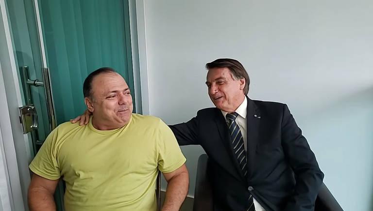 Pazuello ao lado de Bolsonaro em live no Facebook