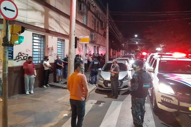 um grande número de pessoas se aglomera em frente a um cartório de Porto Alegre para registar a morte de seus parentes vitimados pelo covid