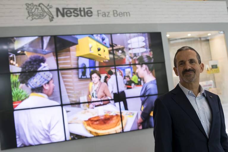 Homem, presidente da Nestlé, a frente de diversas televisões