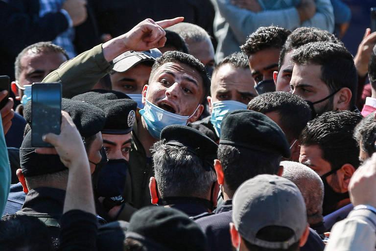 Manifestantes protestam na porta do hospital na cidade de Salt após a morte de sete pessoas devido à falta de oxigênio
