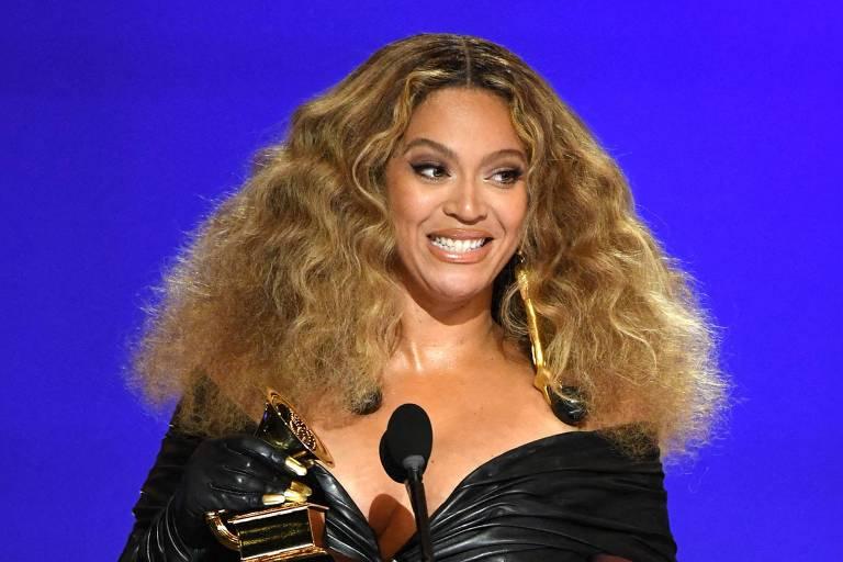 """A cantora Beyoncé recebe o prêmio de melhor performance de R&B por """"Black Parade"""""""