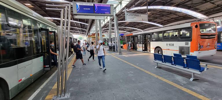 Primeiro dia da fase emergencial ainda tem aglomeração no transporte público