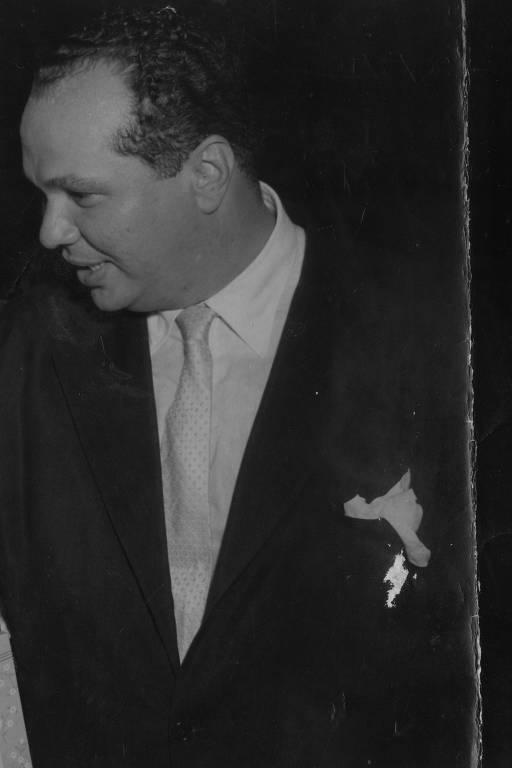 homem calvo de terno e gravata olhando para seu lado direito