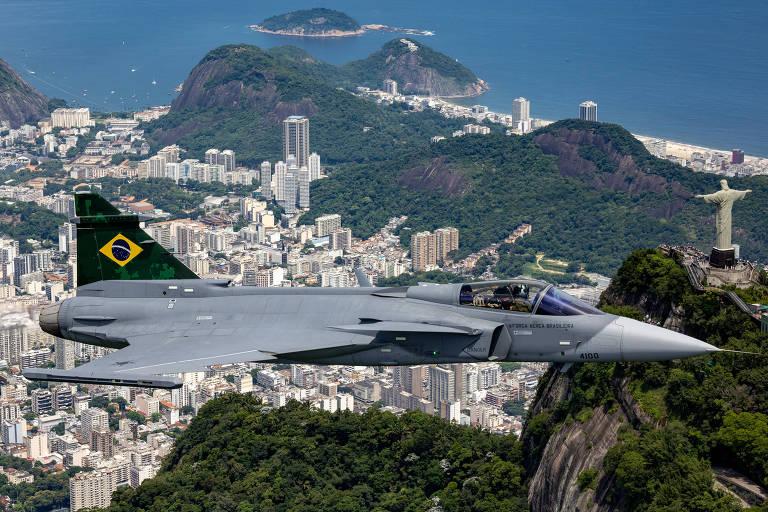 O primeiro Gripen feito pela Saab sueca para a Força Aérea Brasileira em voo no Rio