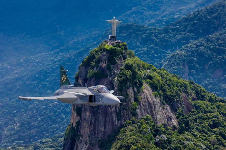 O Gripen voa sobre o Rio, com o Cristo Redentor ao fundo, durante sua campanha de testes no Brasil
