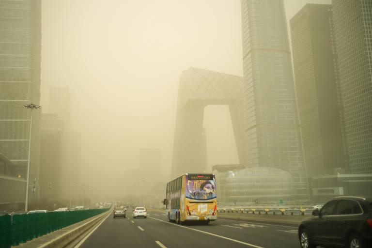 Ruas de Pequim foram tomadas por nuvem de areia com visibilidade de menos de 1 quilômetro