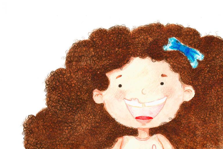 Uma menina com cabelos cacheados e laço azul sorri, mostrando sua fissura labial