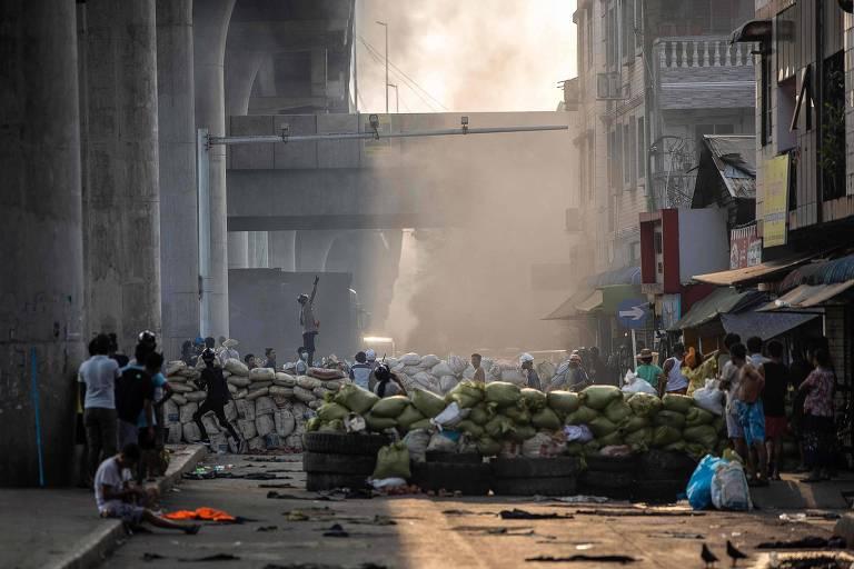 Manifestantes erguem barricadas em mais um dia de protestos na cidade de Rangoon, em Mianmar