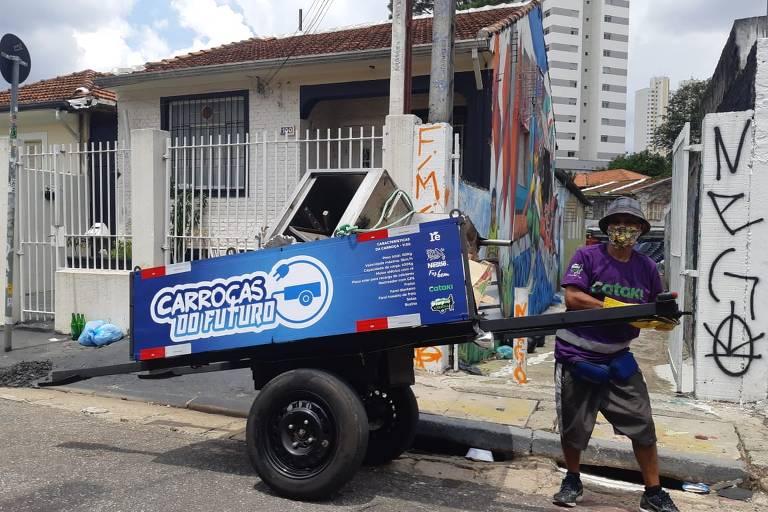 ONG testa modelo de carroça elétrica, com energia renovável, que pode carregar até 400 kg sem grande esforço do catador