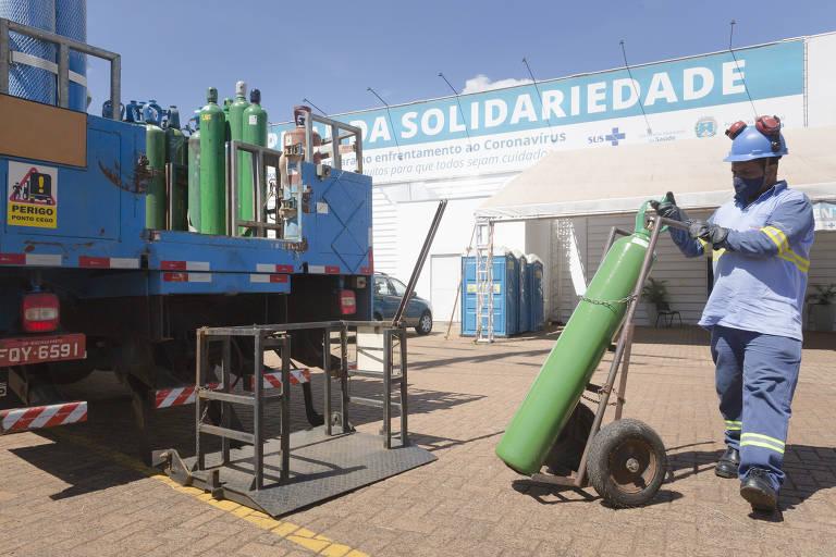 Imagem mostra funcionário descarregando cilindro de oxigênio em hospital de campanha em Araraquara