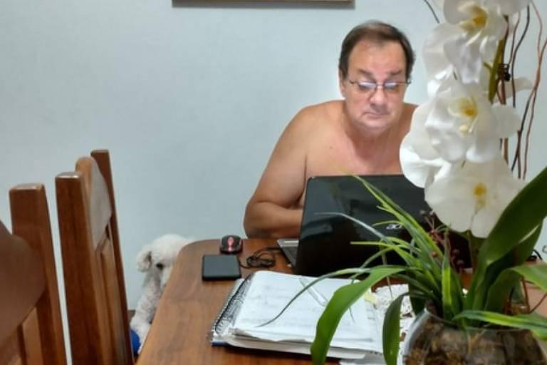 Alberto Gobato na sala de casa com a cachorrinha, Helô