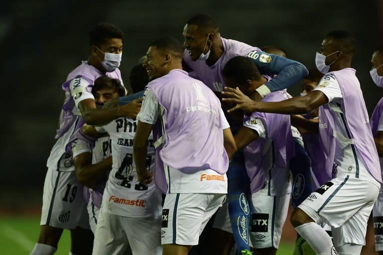 Após marcar o golaço em cobrança de falta, Soteldo, encoberto pelos colegas, comemora o tento decisivo para a classificação do Santos, em Caracas (VEN)