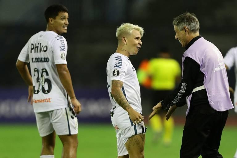 Observado por Marcos Leonardo (esq.), Soteldo comemora o seu gol de falta com o técnico Ariel Holan