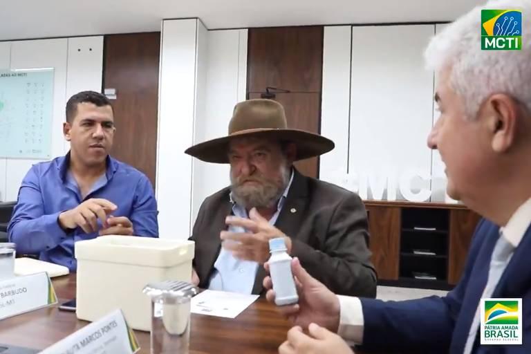 Deputado que se reuniu com Marcos Pontes para falar de Covid-19 diz que não sabe o que havia em frascos
