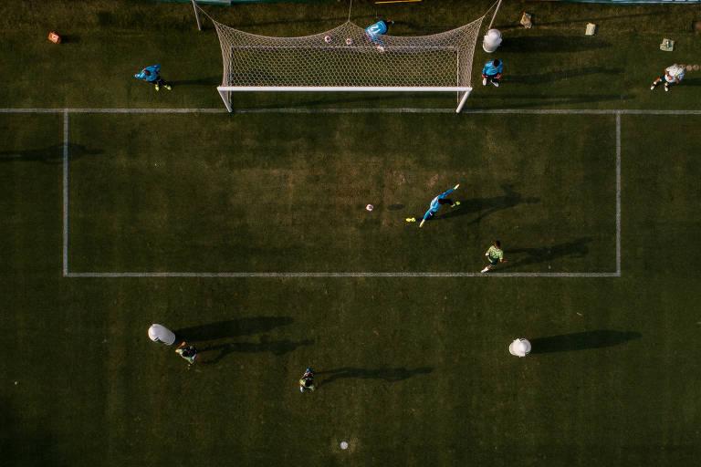 Imagem aérea feito através de drone mostra jogadores do Palmeiras durante treino no centro de treinamento do clube