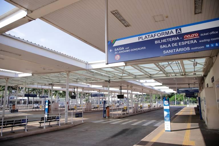 Imagem mostra terminal de ônibus sem nenhuma pessoa ou veículo