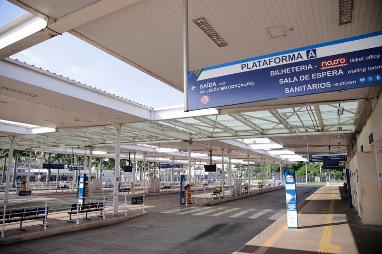 Imagem mostra terminal de ônibus sem nenhuma pessoa nem ônibus, devido às restrições impostas pela prefeitura