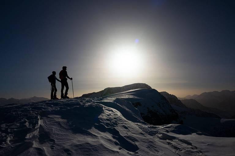 Esquiadores isolados em topo de montanha em Falcade, na Itália