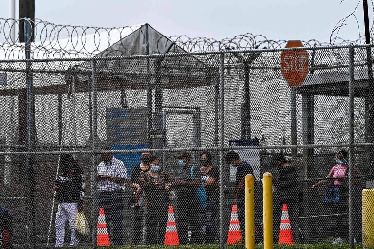 Migrantes aguardam para cruzar fronteira dos EUA com o México