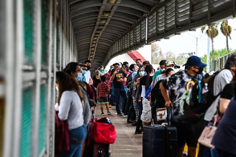 Migrantes aguardam para atravessar fronteira entre México e EUA