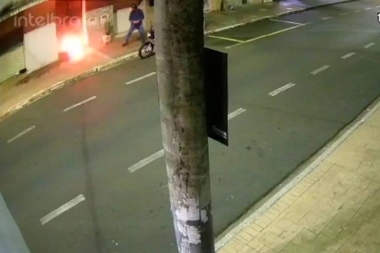 Imagem de câmera de segurança mostra ataque à sede do jornal Folha da Região