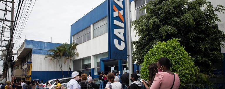 Fila na agência da Caixa Econômica, na rua Américo Salvador Novelli, em Itaquera, zona leste de São Paulo em dezembro de 2020