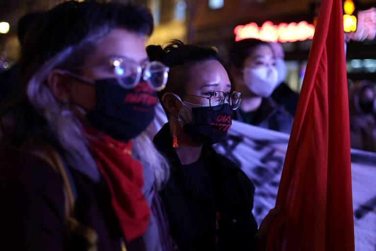 Manifestantes participam de vigília em homenagem às vítimas de chacina no estado da Geórgia