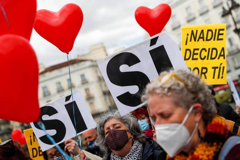Manifestantes comemoram decisão que legaliza eutanásia e suicídio assistido em frente ao Parlamento espanhol, em Madri