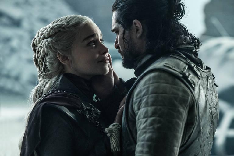 "Daenerys (Emilia Clarke) e Jon Snow (Kit Harington) no episódio final da série ""Game of Thrones"""