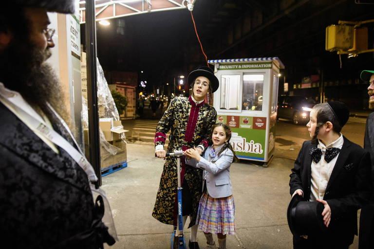 Pessoas celebram o feriado judaico de Purim no bairro do Brooklyn, em Nova York