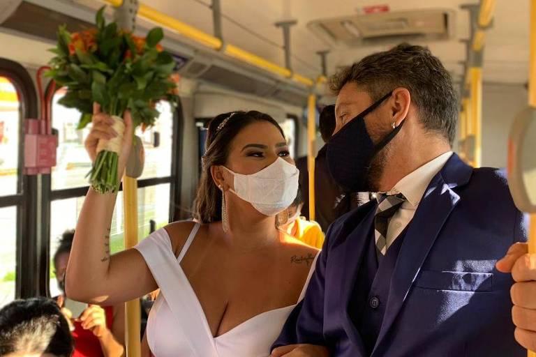 Empresários do setor de eventos fizeram um casamento simbólico como protesto em ônibus em Aracaju (SE)