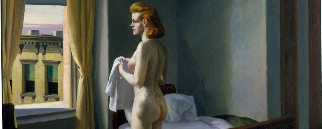 Mulher branca nua em quarto olha para janela