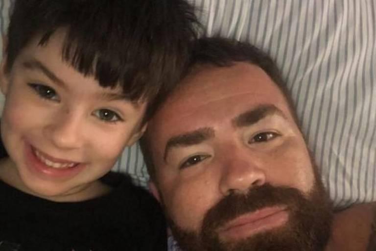 Selfie de criança e pai deitados no travesseiro