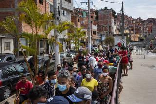 Moradores fazem fila para receber doação de marmitas