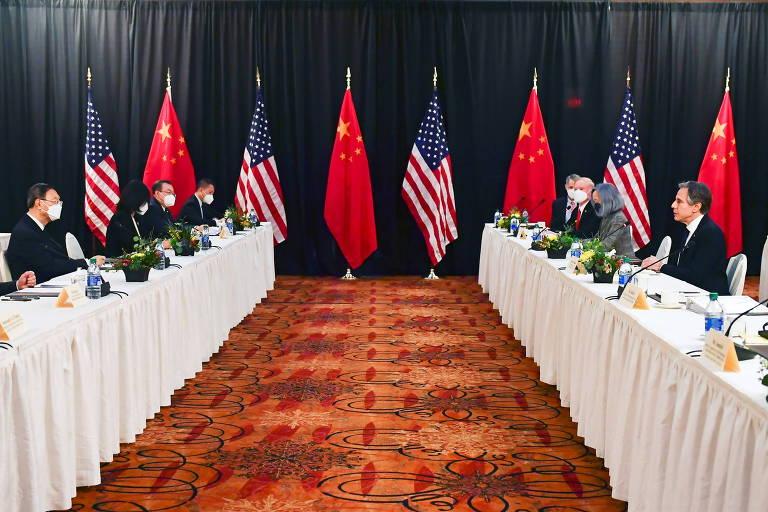 Blinken (sem máscara, à direita) fala pela delegação americana no encontro em Anchorage