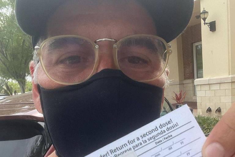 Leandro Hassum é vacinado contra a Covid nos EUA
