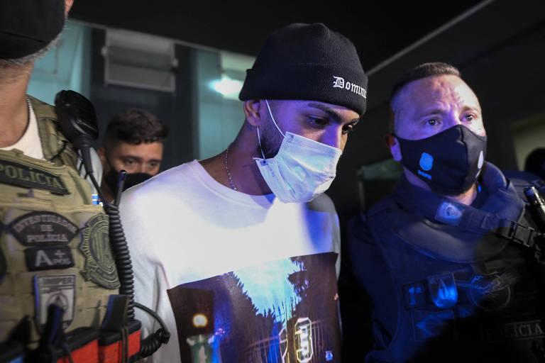 Gabigol é levado para a delegacia após ser flagrado em cassino clandestino em São Paulo