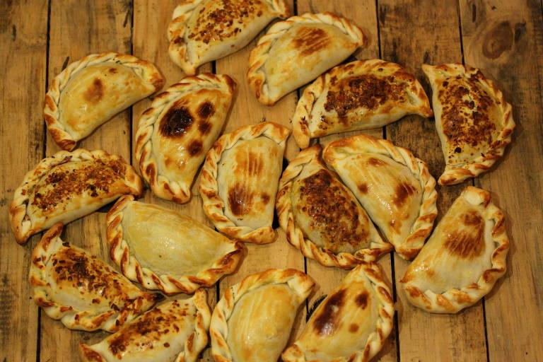 Empanadas sobre mesa de madeira