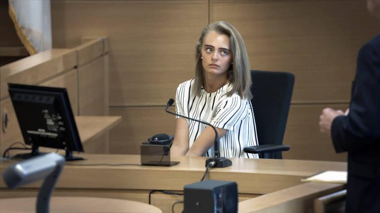jovem loira no banco das testemunhas em julgamento