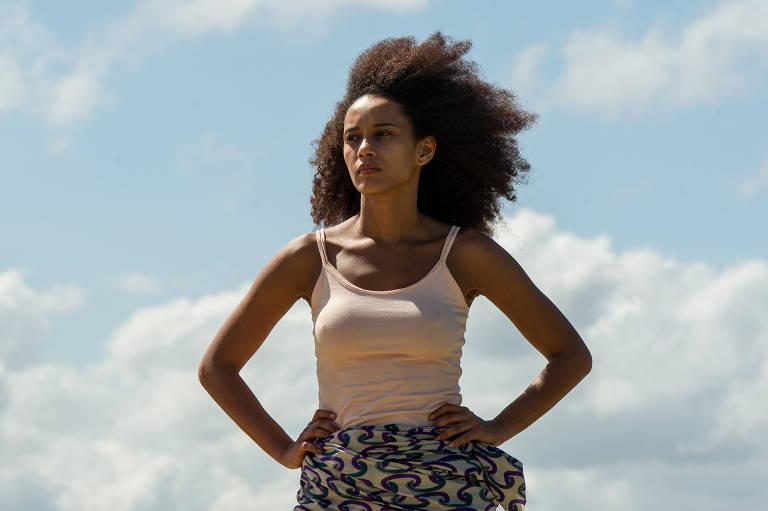 mulher negra encara o horizonte