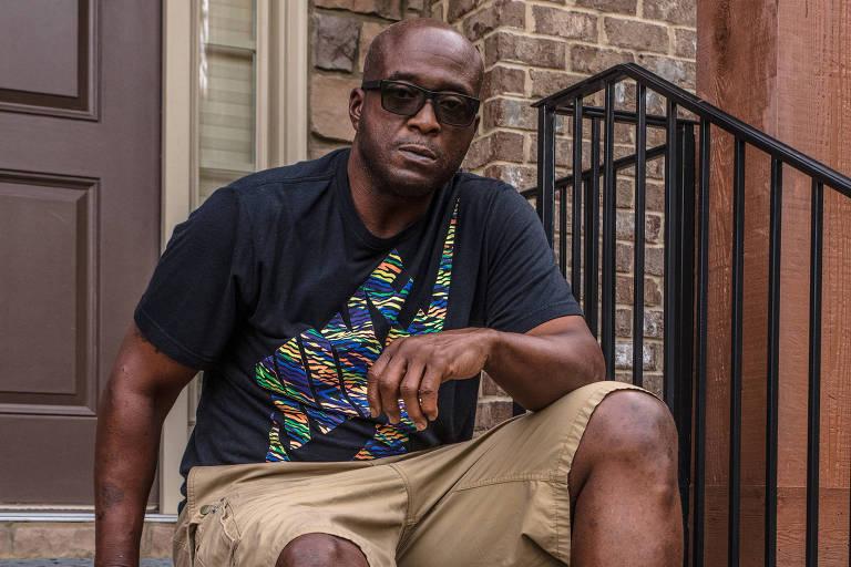 Kevin Henry sentado na entrada de sua casa, em Lawrenceville, no estado americano da Geórgia; por muito tempo, ele atuou na defesa do Pittsburgh Steelers
