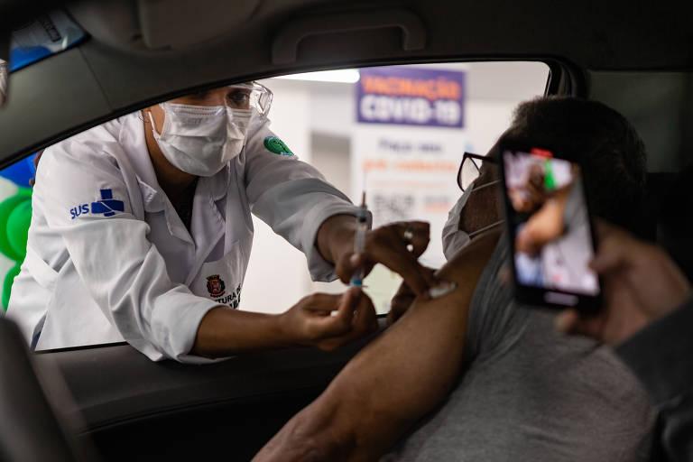 Idosos a partir de 72 anos começam a ser vacinados na capital paulista