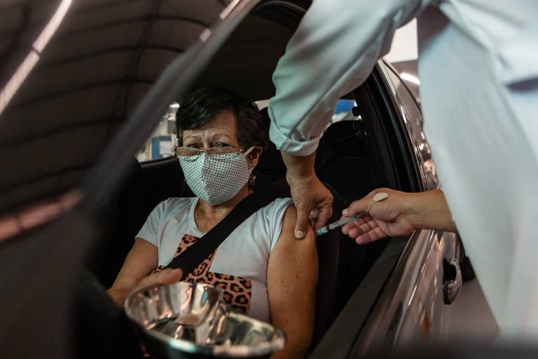 Idosa é vacinada dentro de carro