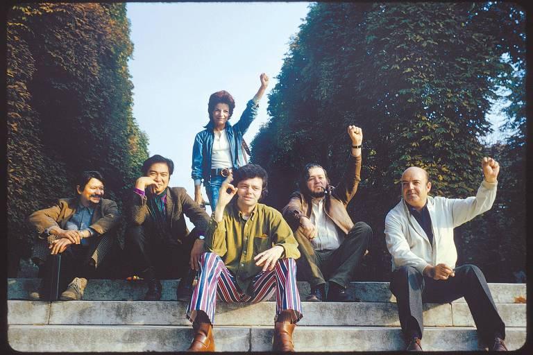 Os artistas Sérvulo Esmeraldo, Flavio-Shiró, Lygia Clark, Rossini Perez, Arthur Luiz Piza e Sergio Camargo, clicados em 1970 no jardim de Luxemburgo, em Paris; a foto fez parte da exposição 'Os Caminhos da Arte entre França e Brasil', do Salão de Arte 2009