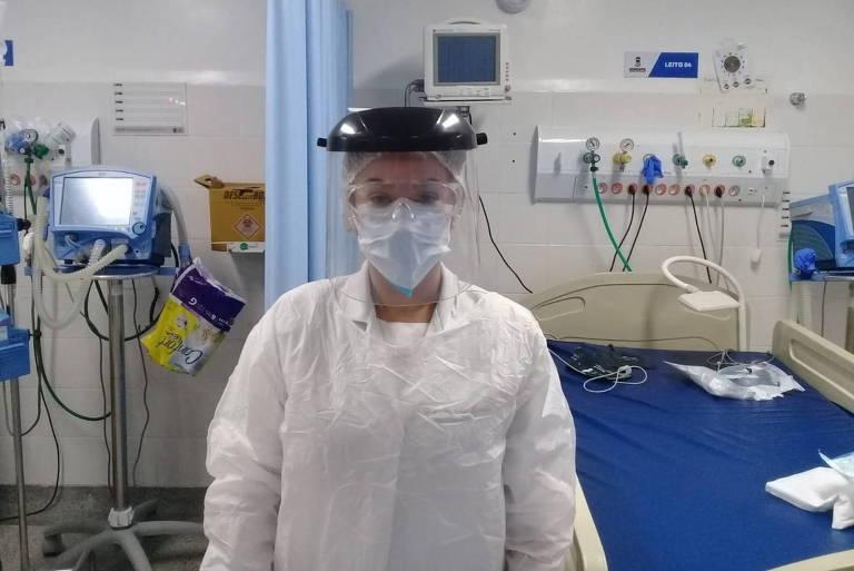 Mulher de touca, máscara e avental hospitalar em UTI