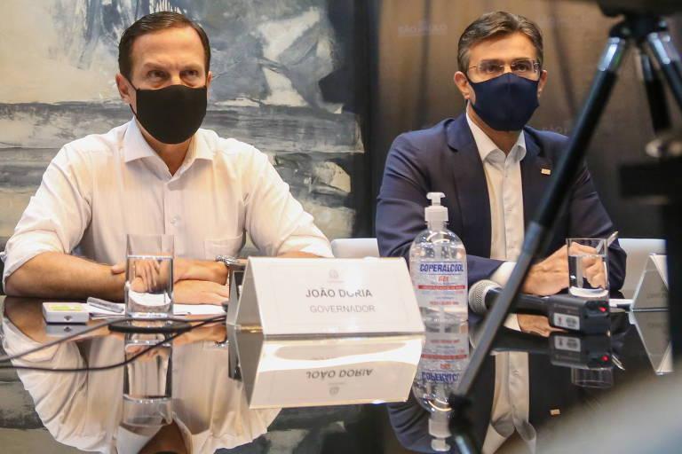Doria, com Rodrigo Garcia (de paletó) a seu lado, durante reunião na semana passada